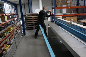 Der Kantservice bei Heitkamm Dachbaustoffe steht nur eingeschränkt zur Verfügung, maximal zwei Personen dürfen hier gleichzeitig an Schlagschere und Abkantbank arbeiten