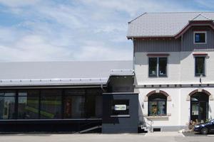 Das neue Leben im alten Bahnhofsgebäude in Bad Wurzach ist von außen vor allem an der Erneuerung der Schindel- und Putzfassade zu erkennen