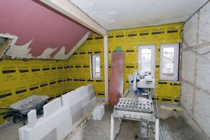 """In den oberen Geschossen wurde die Gebäudehülle mit einer Kerndämmung aus """"Linitherm PGV-Platten"""" energetisch ertüchtigt"""