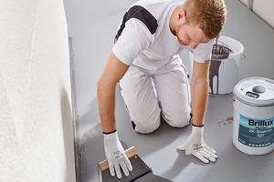"""Schritt 3: Nach dem Anrühren und Umtopfen der Abdichtung """"Floortec 2K-Sealcon 827"""" wird das Material auf der Fläche aufgezahnt"""