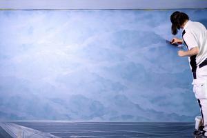 """Auf den farblich abgestimmten Zwischenanstrich wird die Samteffekt-Spachtelmasse """"Creativ Tenero 84"""" als Fleckspachtelung mit der Effekt-Glättekelle aufgetragenFotos: Brillux"""