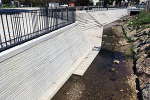 Das Schichtmauerwerk aus Granit muss bei Hochwasser drückendem und abrasiven Wasser standhalten