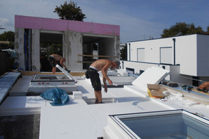 Rechts: Zwischen den Flachdachfenstern verlegten die Handwerker 26 bis 35 cm dicke Polystyrolplatten