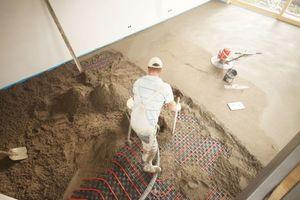 Links: Ausführung des maschinell geglätteten Heizestrichs für die Fußbodenheizung