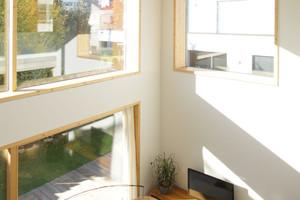 Vor allem im Wohnzimmer ist es durch die großen quadratischen Fenster ebenso hell wie draußen