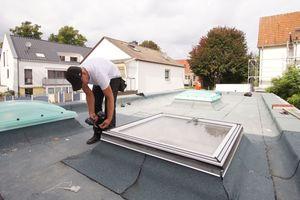 Montage der Flachdachfenster auf die gedämmten Aufsatzkränze