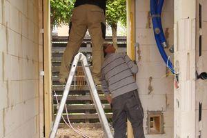 Rechts: Alle Rahmen für die Türen und Fenster baute der Tischler aus Kiefernholz