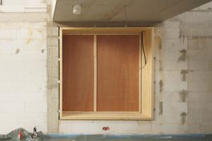 Die großen quadratischen Fenster fertigte der Tischler aus massiven Holzrahmen
