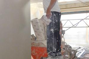 Die Innenwände aus Kalksandstein wurden mit Gips verputzt, geglättet und dann weiß gestrichen