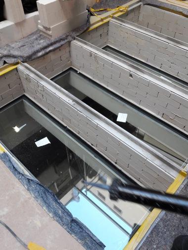Wegen des großen Zeitdrucks bei der Planung und Ausführung sind die Brandschutzebene mit der F90 Verglasung und die obere, betretbare Verglasung voneinander getrennt