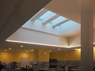 Die Kantine des Hotels erhält Tageslicht über das zentrale Oberlicht sowie an den Raumseiten