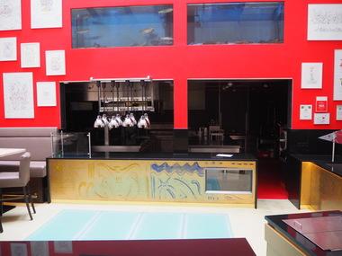 Die Showküche wurde in dem ehemaligen Innenhof eingerichtet. Im Vordergrund sieht man das begehbare Glas des Oberlichts