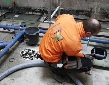 Die schweren Elemente der Brandschutzverglasung mussten die Monteure von Hand in die Öffnungen einsetzen