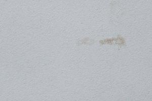 Das Hintergrundfoto zeigt einen Mangel infolge eindringender Feuchtigkeit in den Dämmstoff durch mangelhafte Ausführung von Anschlüssen oder ungenauem Einbau von FensterbänkenFotos: Baumit