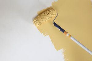 Oberputz: Kalkfein-, Kalkfilz- oder Kalk-Renovierputz oder Kalkglätte wird mit der Kelle in gleichmäßiger Putzdicke aufgetragen<br />