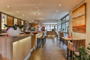 Das neu gestaltete Restaurant mit moderner Einrichtung und Wohlfühlambiente mit Naturmaterialien an Boden, Wand und Decke