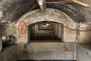 Bevor die Villa bewegt werden konnte, musste sie etwa 1 m unterhalb der Kellergewölbe durchgesägt und auf neue Füße aus Stahl und Beton gestellt werden