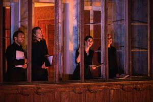 Sänger des Origen Festivals sangen rätoromanische Lieder aus dem fahrenden Haus sangen