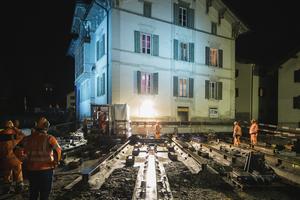 """In der Nacht des 20. August wurde die """"Weisse Villa"""" im Schweizer Bergdorf Mulegns um 8 m schräg weg von der Julierpassstraße verschobenFotos: Benjamin Hofer"""