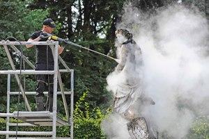 Ablagerungen wurden von der Göttin Latona, den Figuren und Marmorflächen mit dem Heißwasser-Hochdruckreiniger in der Dampfstufe abgetragen