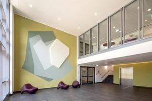 """Die Wandarbeit """"Lichtung"""" von Caroline Bayer prägt das Foyer des neuen Hauptgebäudes der LWL-Klinik Münster mit einer sanften, naturbezogenen Ästhetik<span class=""""bildnachweis"""">Foto: Podehl Fotodesign Dortmund</span>"""