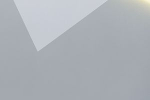 """Hintergrundfoto: Durch das vorgesetzte Leuchtelement scheint es, als ob die oberste, hellste Form vor der Wand schwebt<span class=""""bildnachweis"""">Fotos: Courtesy Caroline Bayer / Thorsten Arendt</span>"""