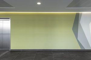 An der sich anschließenden Wand werden die Farben und Formen der Wandinstallation weitergeführt