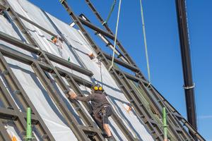 Rechts: Das neue Stahltragwerk wird außen über dem historischen Dachstuhl montiert, der dadurch innen sichtbar erhalten bleiben kann