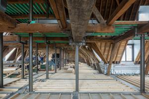 Altes und neues Tragwerk stehen im Dachgeschoss nebeneinander