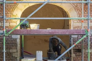 Rechts: Die aus Backstein mit Leisten und Verzierungen aus Sandstein bestehende Fassade wurde teilweise mit neuen Klinkern, teilweise mit Sandstein ausgebessert