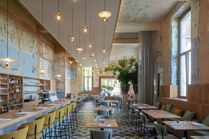 Trotz Umnutzung werden die Spuren späterer Nutzungen sichtbar dokumentiert wie hier im Restaurant im Erdgeschoss<br />Fotos: Luuk Kramer