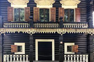 ... doch hinter den mit Schnitzereien geschmückten dunklen Stämmen verbirgt sich eine ausgemauerte Fachwerkkonstruktion