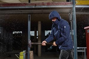 Die auf einem Membran-System basierenden BP Wetterschutzjacken schützen bei Außenarbeiten vor Nässe (Klasse 3) und Wind und sind atmungsaktiv (Klasse 3)<br />Foto: BP