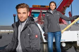 """Links: Die 3 in 1 Funktionsjacke """"e.s.motion 2020"""" von engelbert strauss kombiniert eine warme Fleece-Jacke mit einer darüber getragenen Wetterschutzjacke und ist auch für Damen erhältlich<br />Foto: engelbert strauss"""