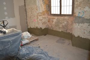 Nach Entfernen der Injektionsflaschen wurde die Mauer im Sockelbereich mit Sperrputz behandelt