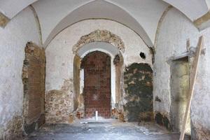 Historische Gebäude verfügen nicht über Horizontalsperren, die verhindern, dass kapillare Feuchtigkeit im Mauerwerk aufsteigt