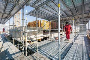 Je nach Fassaden- oder Ausbausituation kann das gleiche Objekt im Wechsel zwischen Rahmen- und Stielbauweise eingerüstet werdenFotos: Peri