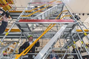 """Den systemintegrierten vorlaufenden Seitenschutz gibt es beim Fassadengerüst """"Peri Up Easy"""" auch bei den neuen Gerüsttreppen in 67 cm und 75 cm Breite<br />"""