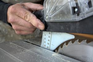 ... und die Schutzhaube dann in den Spaltkeil einschiebt. Ist die Schutzhaube richtig arretiert, leuchtet die LED-Lampe auf