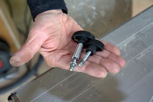 Die kürzere, mitgelieferte Schraube wurde durch eine längere ersetzt