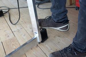 """Mit dem """"Quickstand"""" kann der Fuß so eingestellt werden, dass die Säge auf unebenen Untergründen nicht mehr wackelt"""