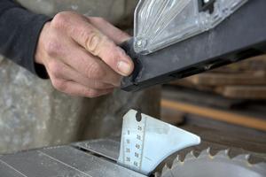 Der Sägeblattschutz rastet ein, indem man einen Knopf drückt …