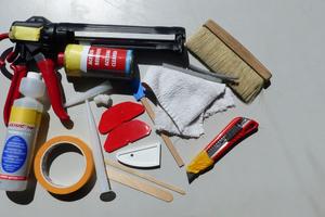Werkzeug für die Fugenausführung: Kartuschenpresse, Cuttermesser, Wolllappen, Reiniger, Klebeband, Abziehwerkzeuge, verschiedene Hinterfüllschnüre, verschiedene Düsen