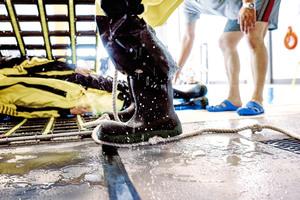 Um die Sicherheit der Teilnehmer während der Übungen zu gewährleisten, muss die Oberfläche<br />auch bei stehendem Wasser rutschfest sein. Das war nach Jahren der Nutzung nicht mehr gegeben, so dass die O.S.T. Cuxhaven GmbH &amp;<br />Co. KG die Sanierung der Oberfläche in Auftrag gab.