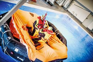 Zu den Notfallübungen gehören beispielsweise Evakuierungen auf der Wasseroberfläche oder der Notausstieg aus einem Hubschrauber