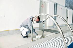 """Im Bereich der Materialübergänge applizierten die Sanierer """"Metal Primer"""". Die Grundierung haftet auf allen metallischen Untergründen und<br />stellt die Haftung des Abdichtungsmaterials sicher"""