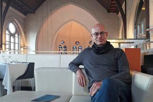 Thomas Wieckhorst, Chefredakteur der bauhandwerk, in der zum Restaurant umgenutzten Martini-Kirche in Bielefeld<br />Kontakt: 05241/801040, thomas.wieckhorst@bauverlag.de