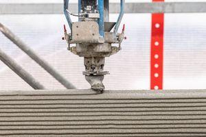 Die Düse trägt Schicht um Schicht präzise auf. Die Drucktechnologie stammt aus Dänemark von Cobod