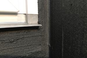 Fensterelemente sollten zuvor entfettet und mit grobkörnigem Schleifpapier leicht angeraut werden