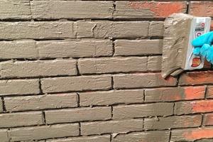 Auftragen der Haftschlämme auf die vorbereitete Wand